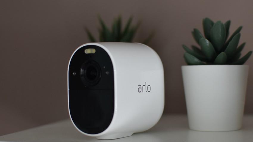 Revisión de la cámara Arlo Essential Spotlight: más barata pero no mejor