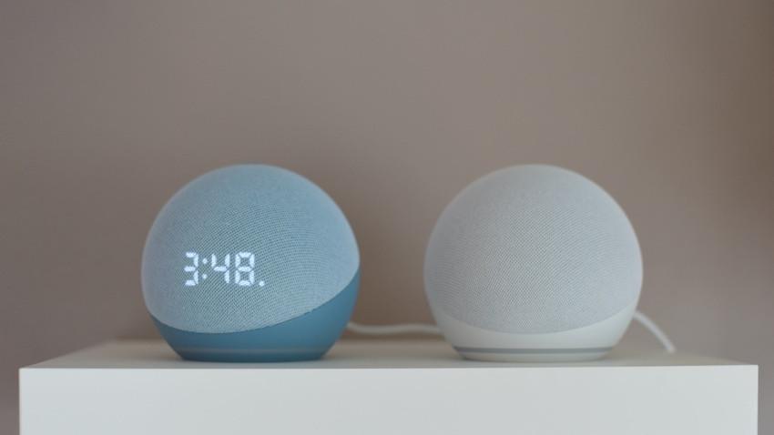 Amazon Echo Dot con reloj v Echo Dot