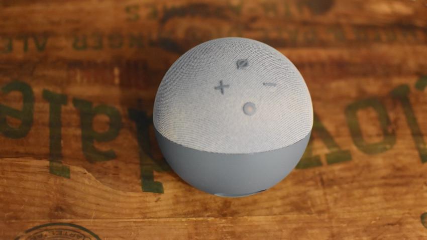 Amazon Echo Dot con botones de reloj en la parte superior