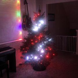 Luces rojas y blancas en un árbol de Navidad