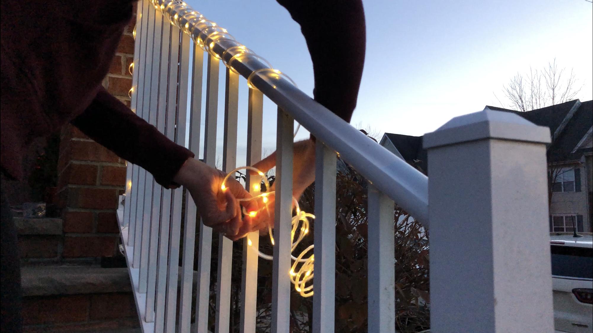 Una hebra de LED de micro puntos envuelta alrededor de una barandilla.
