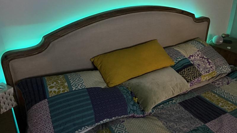 Tira de luz Nanoleaf Essentials detrás de la cama