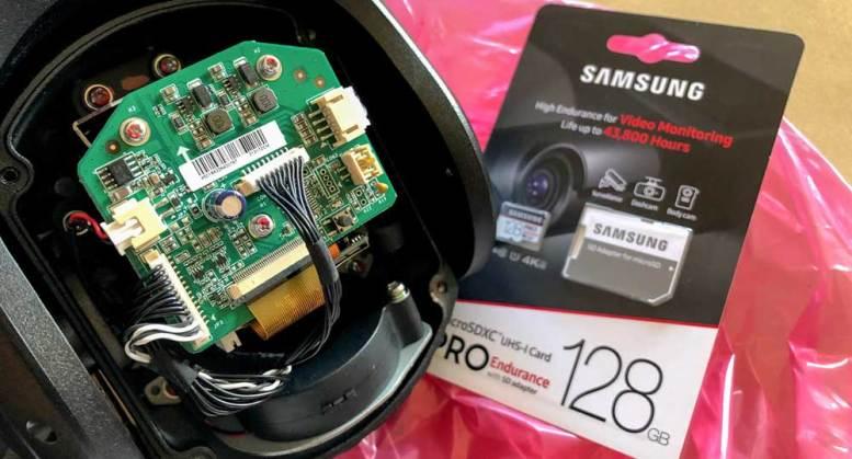 Instale la tarjeta SD en la cámara PTZ Hikvision