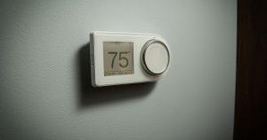 ¿Factura de electricidad alta?  Tu termostato puede estar en la pared incorrecta